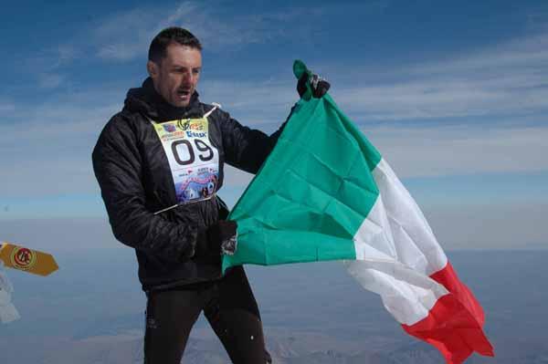 """Итальянец Люка Тибальди только что поднялся на вершину Эльбруса (его время подъема от """"Бочек"""" - 3 часа 8 минут. Фото: Игорь Новак"""